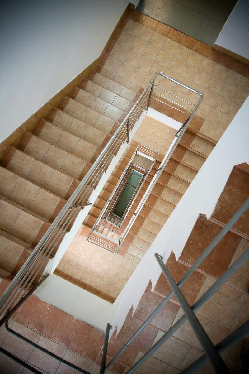Una escala és una construcció dissenyada per unir diversos espais situats en diversos nivells en vertical, dividint-ho en altures reduïdes amb un lloc per posar el peu, els graons. Una norma adequada per al disseny d'escales és fer que la suma de l'amplada de la petjada, més dues vegades l'altura de la davanter, sigui igual a la longitud normal d'un pas humà (de l'ordre de 63 ... 65 cm). Una escala és una espècie de rampa, però amb la particularitat que té graons, els quals estan destinats per als vianants. Usualment segons sigui l'espai disposat per l'escala, així serà la inclinació del pendent. En l'arquitectura d'interiors, l'escala és situada per no desaprofitar aquells espais petits o amb poca capacitat cúbica. Si volem tenir una escala que sigui còmoda, per pujar i baixar, és molt important que s'estudiïn: La inclinació. Les escales metàl·liques es mesuraran i liquidaran per unitat, entenent com a tal, la longitud compresa entre diferents nivells de la construcció i en el mesurament s'inclouran tots els costos directes i indirectes necessaris per a l'execució de l'escala conforme amb aquestes especificacions. Escales de Fusta. La seva fabricació i muntatge es farà d'acord amb els plànols, detalls i especificacions particulars. Tota la fusta utilitzada estarà protegida, s'ha de mantenir polida i protegida fins a l'aplicació dels acabats i el lliurament de l'obra a la propietat. Pel que fa al procés constructiu es refereix, usualment s'acostuma a col·locar esglaons sobre bigues prèviament col·locades sobre muntants d'escala o fustes laterals recolzats en bigues que al seu torn es recolzen en una estructura principal o mur de càrrega. Hi per igual mètodes de construcció amb ceràmiques per als quals es requereix elevar un element voltat amb maons que transmetin les càrregues als murs i pugui resistir les embranzides. Un altre mètode de col·locació d'aquestes, consisteix a encastar els graons en un element vertical o mur, quedant els esglaons en voladís. Segons el 