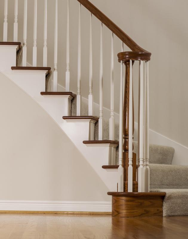 Una escala és una construcció dissenyada per unir diversos espais situats en diversos nivells en vertical, dividint-ho en altures reduïdes amb un lloc per posar el peu, els graons. Una norma adequada per al disseny d'escales és fer que la suma de l'amplada de la petjada, més dues vegades l'altura de la davanter, sigui igual a la longitud normal d'un pas humà (de l'ordre de 63 ... 65 cm). Una escala és una espècie de rampa, però amb la particularitat que té graons, els quals estan destinats per als vianants. Usualment segons sigui l'espai disposat per l'escala, així serà la inclinació del pendent.  En l'arquitectura d'interiors, l'escala és situada per no desaprofitar aquells espais petits o amb poca capacitat cúbica. Si volem tenir una escala que sigui còmoda, per pujar i baixar, és molt important que s'estudiïn: La inclinació.  Les escales metàl·liques es mesuraran i liquidaran per unitat, entenent com a tal, la longitud compresa entre diferents nivells de la construcció i en el mesurament s'inclouran tots els costos directes i indirectes necessaris per a l'execució de l'escala conforme amb aquestes especificacions.  Escales de Fusta. La seva fabricació i muntatge es farà d'acord amb els plànols, detalls i especificacions particulars. Tota la fusta utilitzada estarà protegida, s'ha de mantenir polida i protegida fins a l'aplicació dels acabats i el lliurament de l'obra a la propietat. Pel que fa al procés constructiu es refereix, usualment s'acostuma a col·locar esglaons sobre bigues prèviament col·locades sobre muntants d'escala o fustes laterals recolzats en bigues que al seu torn es recolzen en una estructura principal o mur de càrrega. Hi per igual mètodes de construcció amb ceràmiques per als quals es requereix elevar un element voltat amb maons que transmetin les càrregues als murs i pugui resistir les embranzides. Un altre mètode de col·locació d'aquestes, consisteix a encastar els graons en un element vertical o mur, quedant els esglaons en voladís. Segons 